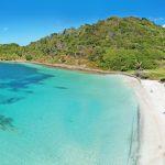 Katamaran przy plaży. Karaiby