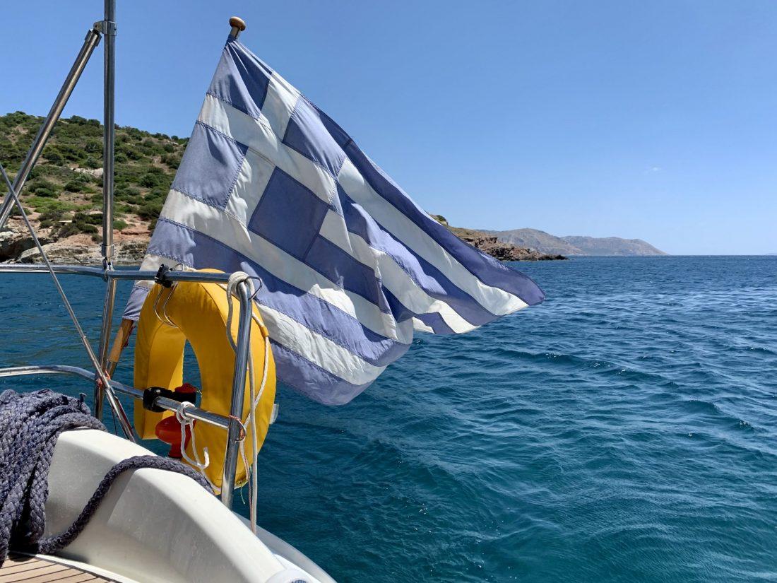 Powiewająca, grecka flaga na łodzi